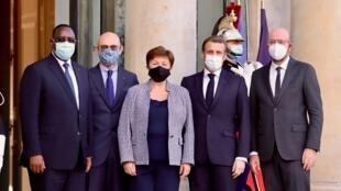 À l'Elysée ce 12 novembre 2020: Macky Sall (président du Sénégal), Pascal Lamy (président du Conseil exécutif du Forum de Paris sur la Paix), Kristilina Georgieva (directrice générale du FMI), Emmanuel Macron, Charles Michel (président du Conseil européen.