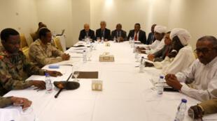 Wawakilishi wa Baraza la Jeshi la Sudan na waandamanaji wamekutana katika Hoteli ya Corinthia, Khartoum tarehe 3 Julai 2019.