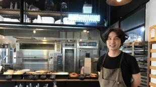Kim Woo-young, 32 ans, patron de la boulangerie «Copain» à Séoul. Ses spécialités: le croissant au saumon sauce teriyaki, et la baguette fourrée à la pâte de haricot rouge.