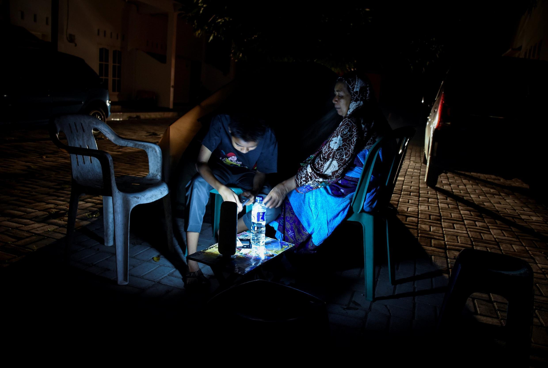 Des habitants de Mataram, sur l'île de Lombok, poussés hors de leur maison par le nouveau séisme qui a touché l'île.