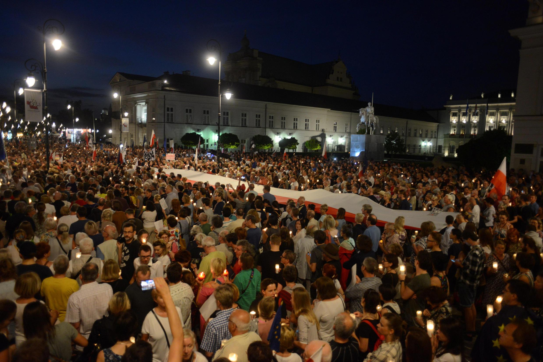 Hàng ngàn người biểu tình tập trung trước dinh tổng thống tại Vácxava, phản đối cải cách tư pháp ngày 26/07/2018.