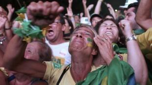 Người biểu tình ủng hộ phế truất tổng thống Brazil Dilma Rousseff ăn mừng thắng lợi tối ngày 17/04/2016 tại thủ đô Brasilia.