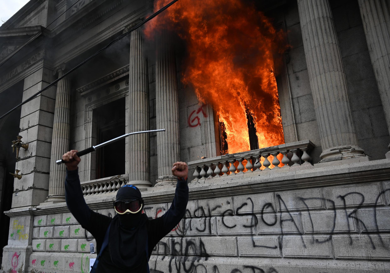 Guatemala: grave crise politique en pleine épidémie de coronavirus