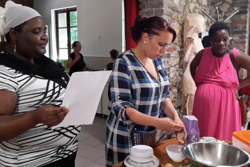 Au Centre de promotion familiale d'ATD Quart Monde à Noisy-le-Grand, les familles échangent lors d'ateliers hebdomadaires sur la cuisine.