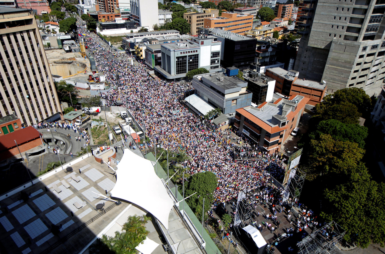 02/02/19- Os opositores venezuelanos, liderados pelo autoproclamado presidente interino Juan Guaidó, saíram às ruas neste sábado em protesto contra Nicolás Maduro. Os partidários do chefe de Estado também se mobilizaram em Caracas.