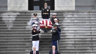 美国星期六在华盛顿大教堂为一周前去世的参议员麦凯恩举行隆重悼念仪式。