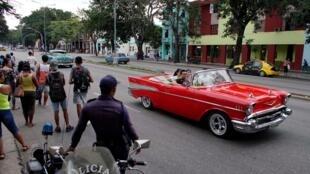 Turistas asiáticos passeiam pelas ruas de Havana.