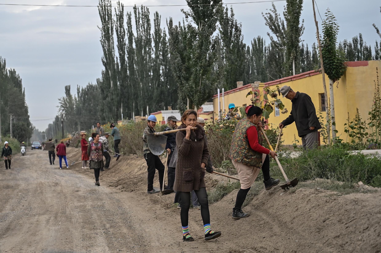 Ảnh chụp ngày 13/09/2019, một con đường nhỏ ở ngoại ô Sa Nhã (Shayar), nơi có nhiều người Duy Ngô Nhĩ sinh sống, thuộc khu tự trị Tân Cương, Trung Quốc.