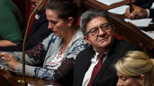Le député français et leader du parti de gauche La France Insoumise (LFI), Jean-Luc Mélenchon (2R), regarde le Premier ministre français prononcer son discours de politique générale à l'Assemblée nationale le 12 juin 2019 à Paris.