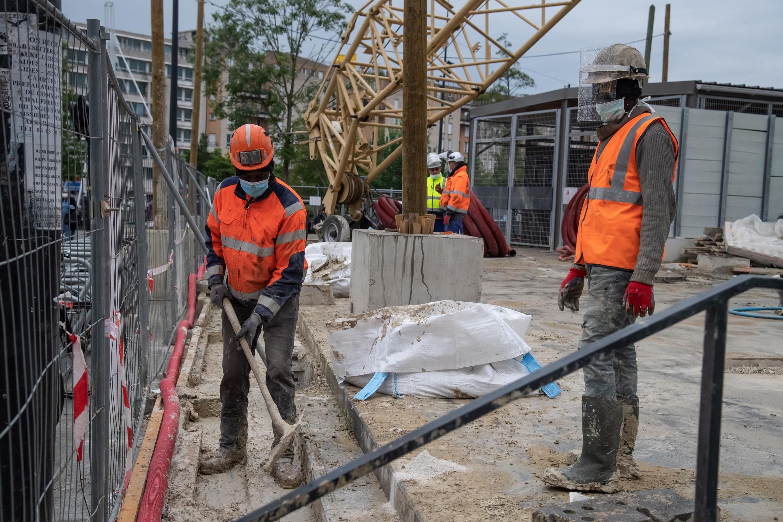2020-05-10 france workers construction saint denis paris covid-19