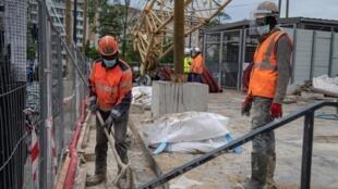 巴黎附近聖德尼,正在施工中的建築工人。