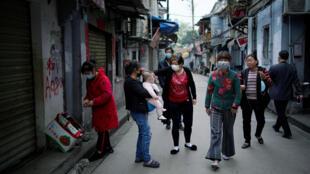 Người dân đeo khẩu trang khi đi ra đường, thành phố Vũ Hán, tỉnh Hồ Bắc, Trung Quốc. Ảnh chụp ngày 05/04/2020