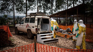 Health workers transport a patient at a MSF-supported Ebola treatment centre in Butembo, 4 November 2018.