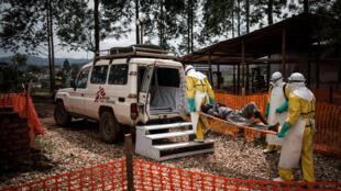 Maafisa wa afya wakisafirisha mgonjwa aliyeambukizwa virusi vya Ebola katika kituo cha matibabu cha Ebola cha Butembo, Novemba 4, 2018.