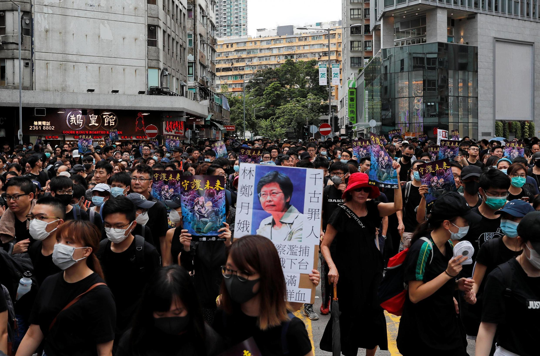 Manifestantes protestam contra Pequim em Mongkok, Hong Kong, 3 de agosto de 2019.