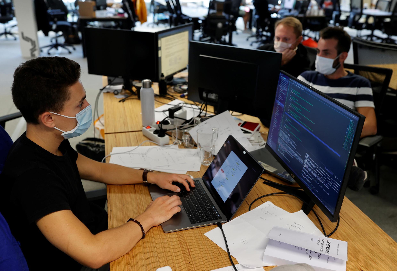 Des employés masqués dans un méga-campus pour startups, à Paris, le 31 août. Le port du masque est obligatoire dans les espaces de travail ouverts depuis ce mardi.
