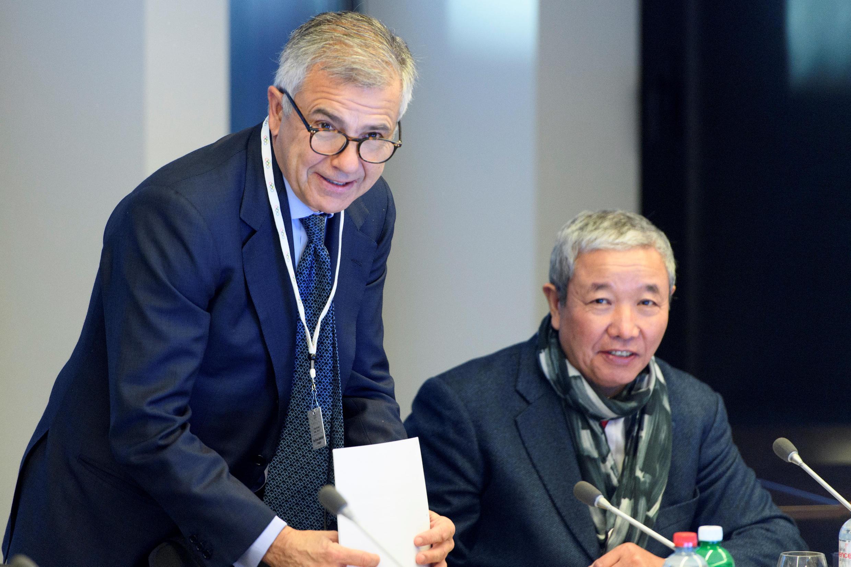 Hai thành viên Ủy ban Olympic quốc tế CIO tại Lausanne-Thụy Sĩ đang chuẩn bị cho cuộc họp báo về số phận các vận động viên Nga trong mùa Olympic mùa đông ở Hàn Quốc 2018.