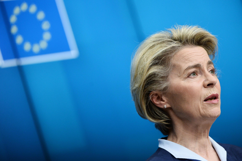 Ursula von der Leyen habla durante una rueda de prensa tras una reunión por videoconferencia con líderes de la UE, el 26 de febrero de 2021 en Bruselas