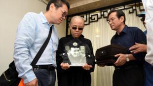 Liu Xia, viuda del Premio Nobel de la Paz fallecido el jueves, Liu Xiaobo, aparece en la fotografía durante el funeral de su esposo en Shenyang