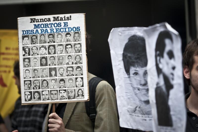 Movimentos sociais, coordenados pelo Frente do Esculacho Popular, manifestaram na Avenida Paulista, em São Paulo, para expor publicamente ex-militares e policiais acusados de tortura e homicídios durante a ditadura militar,20/10/2012.