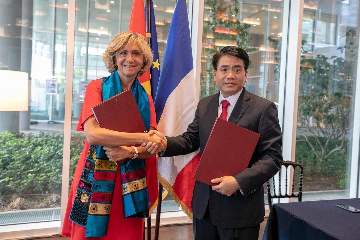 Chủ tịch vùng Ile-de-France Valérie Pécresse và chủ tịch Ủy ban Nhân dân thành phố Hà Nội ký một chương trình hành động mới, ngày 26/06/2018 tại trụ sở UbiFrance