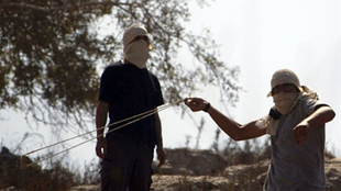 Des colons israéliens extrémistes s'opposent à des Palestiniens dans le village de Burin en Cisjordanie, en juillet 2010.