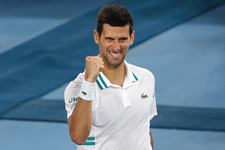 El tenista serbio Novak Djokovic tras ganar al ruso Aslan Karatsev en el Abierto de Australia, en Melbourne, el 18 de febrero de 2021