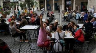 Cubanos exiliados visitan La Habana tras 40 años fuera del país.