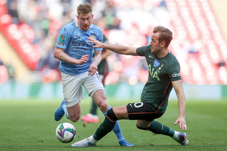 Le milieu de terrain belge de Manchester City, Kevin De Bruyne, est taclé par l'attaquant de Tottenham, Harry Kane, lors de la finale de la Coupe d'Angleterre, le 25 avril 2021 au Stade de Wembley à Londres