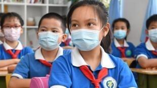 Des écoliers assistent à un cours, le 8 juin 2020, à Pékin (Chine)