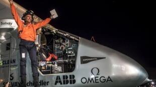 El piloto suizo Bertrand Piccard, saliendo del SI2 despues de aterrizar en Mountain View, California.