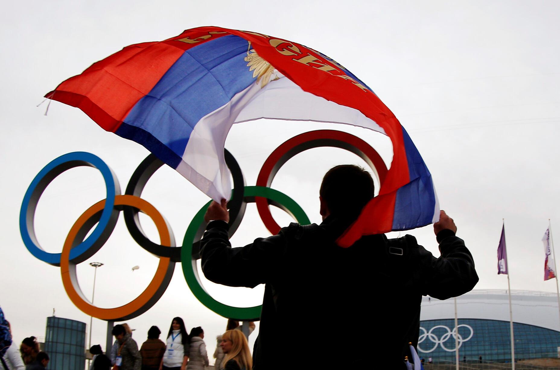 Um homem com a bandeira da Rússia durante os Jogos Olímpicos de inverno de Sochi, em 2014