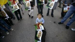 Des milliers de Palestiniens ont manifesté pour exhorter Mahmoud Abbas à revenir sur sa décision de ne pas briguer un deuxième mandat.