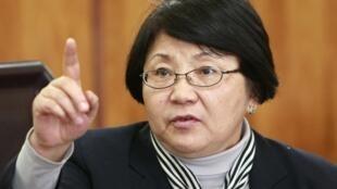 A líder do governo interino, Rosa Otounbaïeva, durante entrevista coletiva em Bichkek, em 8 de abril de 2010.