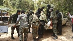 Lính Thái Lan đang đưa đồng đội bị thương ở khu vực gần biên giới tại tỉnh Surin đến trạm xá, ngày 22/4/11.