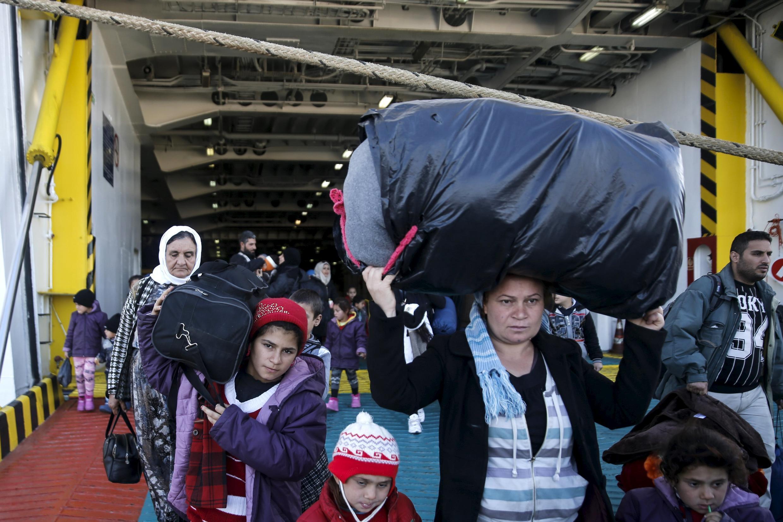 Desde o início de 2015, mais de 650 mil migrantes tentaram fazer a travessia do mar Mediterrâneo até as ilhas gregas. Na imagem, migrantes chegam da ilha grega de Lesbos ao porto de Pireu nesta sexta-feira (18).