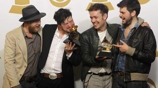 Le groupe britannique Mumford & Sons pose avec ses Grammy Awards.