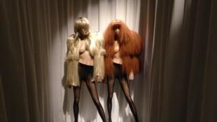 Casacos feitos com perucas fazem parte das peças realizadas por Martin Margiela, en 2009