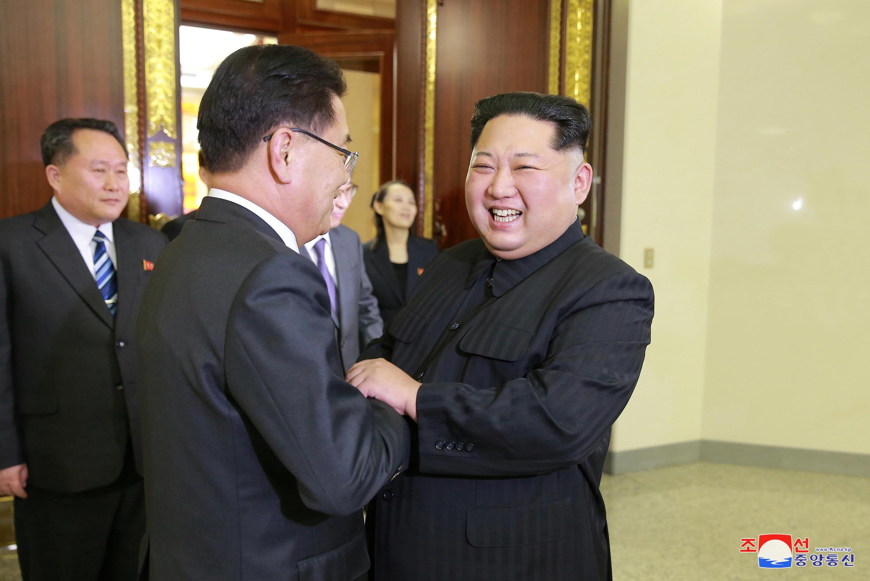 Ким Чен Ын привествует представителя Южной Кореи Чуе Юй Ена, 5 марта 2018 года.