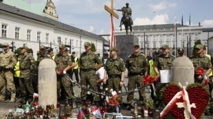 Lors d'une manifestation au sujet de la croix de commémoration, les soldats polonais montent la garde devant le palais présidentiel à Varsovie, le 3 août 2010.
