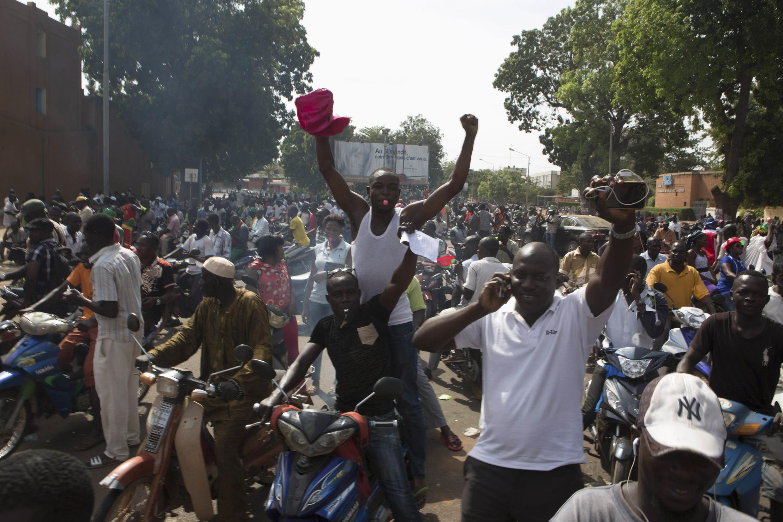 Scène de liesse populaire dans les rues de Ouagadougou, le 31 octobre 2014 après le départ du pouvoir de Blaise Compaoré.