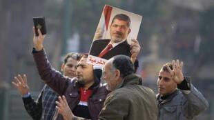 Các thành viên của Huynh đệ Hồi giáo biểu tình tại quảng trường Talaat Harb, Cairo, Ai Cập, ngày 25/01/2015