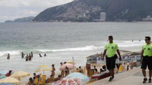 Polícias em patrulhamento na praia do Arpoador, no Rio de Janeiro, a 16 de Fevereiro de 2018.
