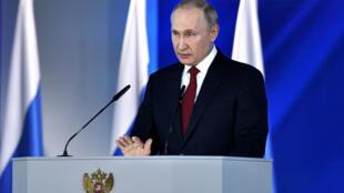 Владимир Путин читает послание Федеральному собранию, в котором предлагает изменить Конституцию, 15 января 2020.