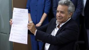 Lenín Moreno, presidente de Ecuador, muestra su papeleta antes de votar, el 4 de febrero de 2018 en Quito.