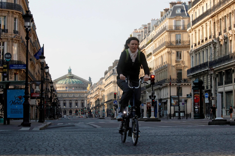 Власти надеются, что после выхода из изоляции французы массово пересядут на велосипеды. На фото: улица в Париже во время карантина. 10.04.2020