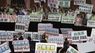 国民党与反对党民进党在立法院对抗。上方为民进党议员,下面为国民党议员。