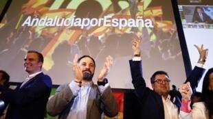 Santiago Abascal, chef du parti d'extrême droite VOX, et le candidat régional Francisco Serrano célèbrent les résultats des élections en Andalousie, à Seville, le 2 décembre 2018..
