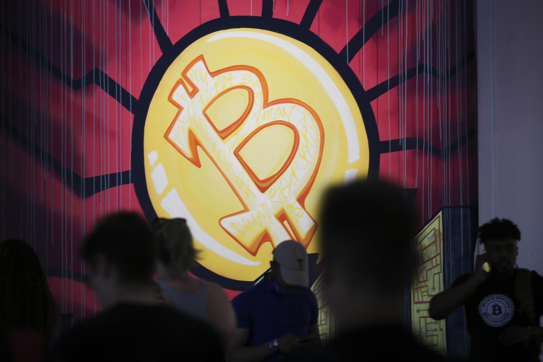 Un cartel con el símbolo del bitcoin en una conferencia sobre esa criptomoneda en Miami abierta el 4 de junio de 2021