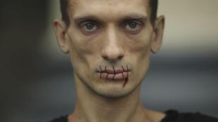 Петер Павленский во время перформанса в Москве 23 июля 2012 г.